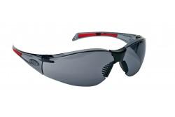 VÉDŐSZEMÜVEG JSP STEALTH 8000 AS FÜSTSZÍNŰ 0501050506999  511501050506999  Rendkívül kis tömegű védőszemüveg, mindössze 26g. Polikarbonát lencse szemhez közeli 9 bázisú görbülettel, UVA, UVB és UVC védelem, állítható orrtámasz, szemüveg szárakon gumi végződés. EN166 1.F.T.K: víztiszta lencse páramentes és karcálló bevonattal. EN170 (UV védelem): víztiszta és sárga lencse, EN172 (UV400 napfényt szűrő): füstszínű lencse.